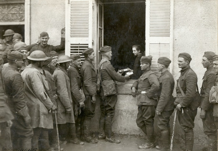 WWI Soldiers NARA getting smokes