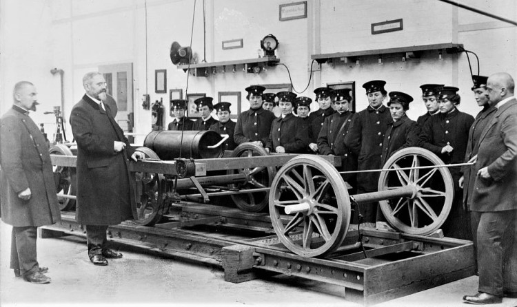 Training women for street railroad service in Berlin Bain (2)