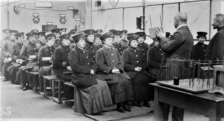 Training women for street railroad service in Berlin Bain (4)