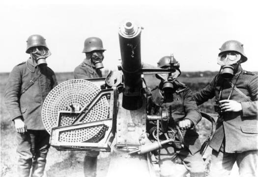 Mannschaft mit Gasmasken am Fla-MG